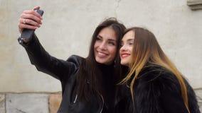 Twee mooie meisjes maakt selfie op de telefoon stock video