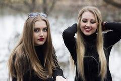 Twee mooie meisjes met blondehaar Stock Foto's