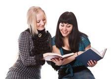 Twee mooie meisjes met boeken Royalty-vrije Stock Afbeeldingen