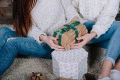 Twee mooie meisjes met giften voor Kerstmis Royalty-vrije Stock Afbeelding