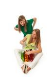 Twee mooie meisjes met pakketten Stock Afbeelding