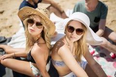 Twee mooie meisjes op het strand Stock Afbeelding