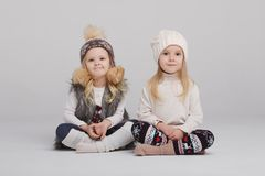 Twee mooie meisjes op witte achtergrond Stock Afbeelding