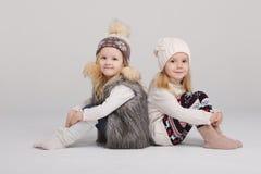 Twee mooie meisjes op witte achtergrond Royalty-vrije Stock Fotografie