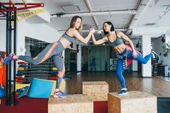 Twee mooie meisjes samen in een geschiktheidsruimte Royalty-vrije Stock Afbeelding