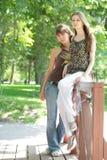 Twee mooie meisjes in stad-park Stock Foto