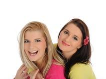 Twee mooie meisjesvrienden die pret en het lachen hebben Royalty-vrije Stock Foto's
