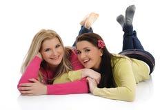 Twee mooie meisjesvrienden die pret en het lachen hebben Royalty-vrije Stock Foto