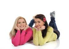Twee mooie meisjesvrienden die pret en het lachen hebben Stock Fotografie
