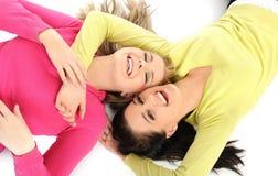 Twee mooie meisjesvrienden die pret en het lachen hebben Stock Afbeeldingen