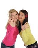 Twee mooie meisjesvrienden die pret en het lachen hebben Royalty-vrije Stock Afbeeldingen