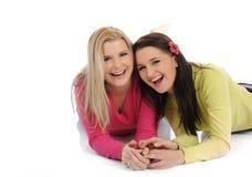 Twee mooie meisjesvrienden die pret en het lachen hebben Stock Foto