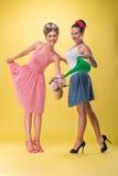 Twee mooie sexy meisjes met het mooie glimlach dragen Stock Foto's