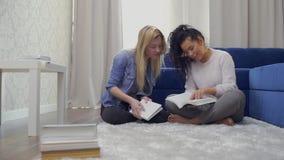 Twee mooie studenten treft thuis aan examens voorbereidingen stock footage