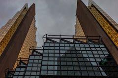 Twee mooie symmetrische gebouwen in het stadscentrum Moderne architectuur Toronto van de binnenstad stock fotografie