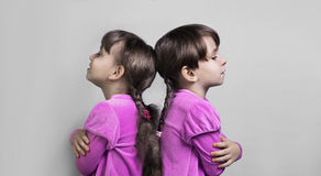 Twee mooie tweelingen van de meisjeszuster royalty-vrije stock afbeelding