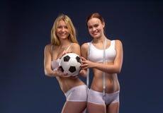Twee mooie voetbalventilators houden de bal Royalty-vrije Stock Fotografie