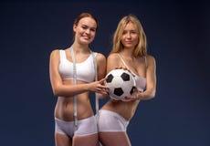 Twee mooie voetbalventilators houden de bal Royalty-vrije Stock Foto's