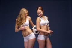 Twee mooie voetbalventilators houden de bal Royalty-vrije Stock Foto
