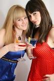 Twee mooie vrienden met cocktail Stock Afbeelding