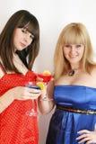 Twee mooie vrienden met cocktail Royalty-vrije Stock Afbeeldingen