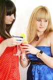 Twee mooie vrienden met cocktail Stock Afbeeldingen