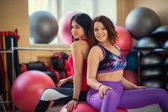 Twee mooie vrouwen bij gymnastiekzitting op een bal Royalty-vrije Stock Afbeeldingen