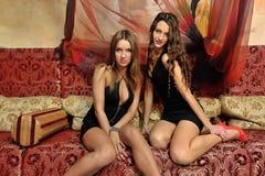 Twee mooie vrouwen binnen of luxebinnenland. royalty-vrije stock afbeelding