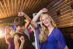 Twee mooie vrouwen die op dansvloer dansen Royalty-vrije Stock Foto's