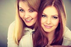 Twee mooie vrouwen die pret hebben Royalty-vrije Stock Afbeeldingen