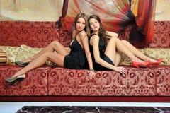 Twee mooie vrouwen in luxebinnenland. royalty-vrije stock afbeelding