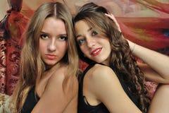 Twee mooie vrouwen in luxebinnenland. stock foto's