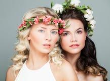 Twee Mooie Vrouwen met Lang Krullend Haar Royalty-vrije Stock Afbeelding