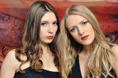 Twee mooie vrouwen in oosters binnenland stock fotografie