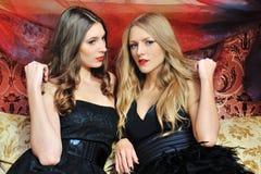 Twee mooie vrouwen in oosters binnenland royalty-vrije stock foto