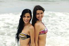 Twee mooie vrouwen op het strand Royalty-vrije Stock Fotografie