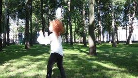 Twee mooie zeepbels van de meisjesvangst stock video