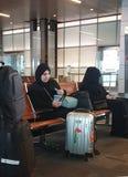 Twee moslimvrouwen bij de luchthaven stock afbeeldingen