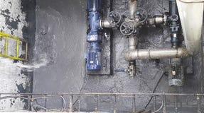 Twee motoren en schroefpomp binnen de vijver van de moddernoodsituatie royalty-vrije stock afbeelding