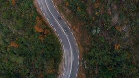 Twee motorfietsen bij het winden van epische bergweg stock videobeelden