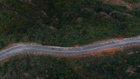 Twee motorfietsen bij het winden van epische bergweg stock footage