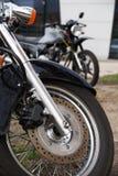 Twee motorfietsen Close-up van het voorwiel, remschijf, schok stock foto's