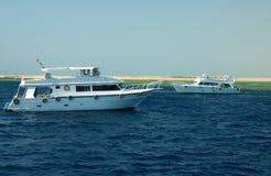 Twee motorjachten stock afbeeldingen