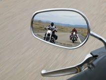 Twee motorrijders in de achteruitkijkspiegel stock afbeelding