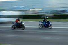 Twee motorrit op de weg met grote snelheid, onduidelijk beeld royalty-vrije stock afbeelding