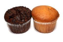Twee muffins die op wit worden geïsoleerdr royalty-vrije stock afbeeldingen
