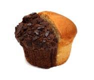 Twee muffinstukken die op wit worden geïsoleerd stock fotografie