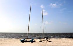 Twee multihull kleine die Catamarans op een afgezonderd strand in Biloxi, de Mississippi worden vastgelegd Royalty-vrije Stock Foto