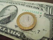 Twee munten - roebel en dollar, ijzermuntstuk en document rekening royalty-vrije stock afbeeldingen