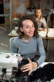 Twee naaisters werken in de workshop aan naaimachines royalty-vrije stock foto's